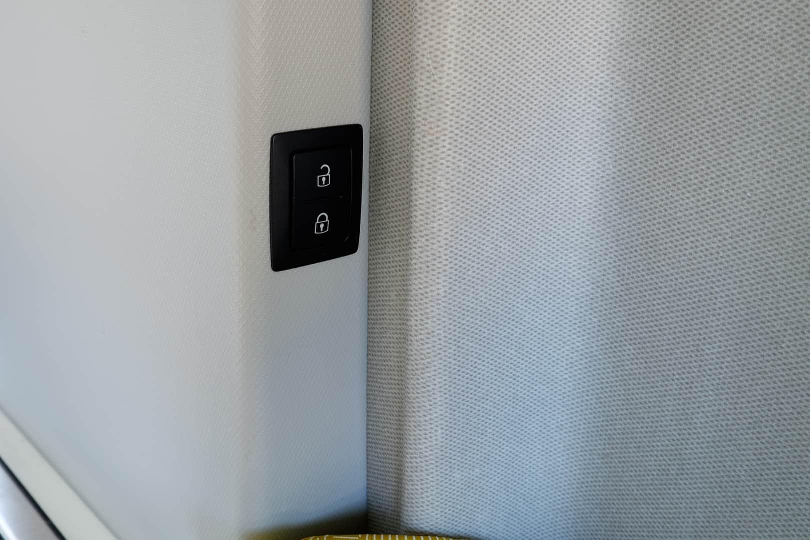 VW Grand California - przycisk zamykania drzwi przy łóżku